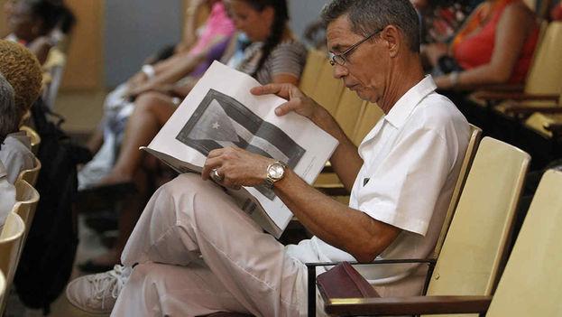 Desde agosto pasado y hasta mediados de noviembre próximo, los cubanos debaten en reuniones y asambleas el borrador de la Constitución. (EFE)