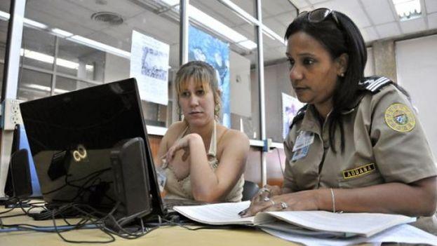 Una oficial de la Aduana de la República de Cuba. (CC)