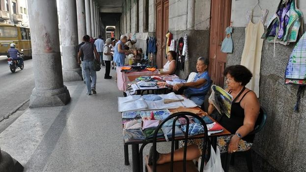 Según datos oficiales, el salario medio mensual en Cuba en 2016 fue de 740 pesos cubanos (CUP), equivalentes a 29,6 dólares. (EFE)
