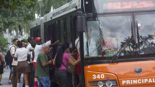 Los ómnibus de la Empresa Transmetro y los taxis ruteros también han disminuido su frecuencia a la mitad. (14ymedio)