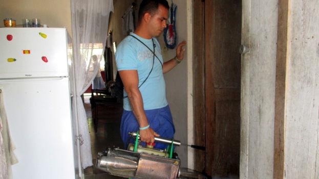 Un operario fumiga una vivienda en la ciudad de Holguín. (14ymedio)