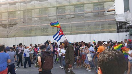 Un militar organiza la represión mientras decenas de activistas filman la inédita marcha LGBTI de este sábado en La Habana. (14ymedio)