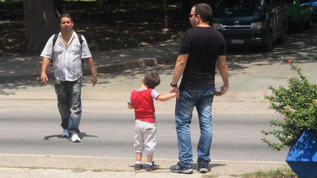 Un padre de la mano con su niño en las calles de La Habana (14ymedio)