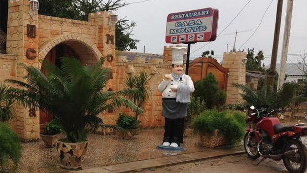 A las afueras de la paladar Casa Monte la figura rolliza de un cocinero invita a entrar. (14ymedio)