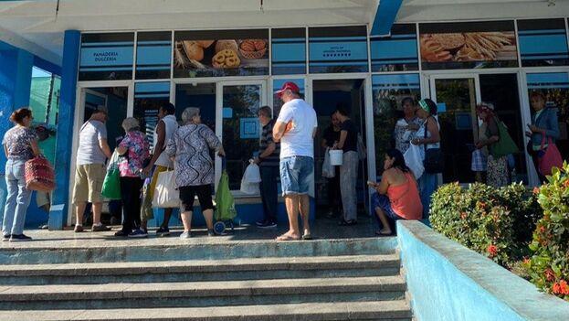 En la panadería de la calle Hidalgo una veintena de clientes esperaba para comprar el pan este lunes. (14ymedio)