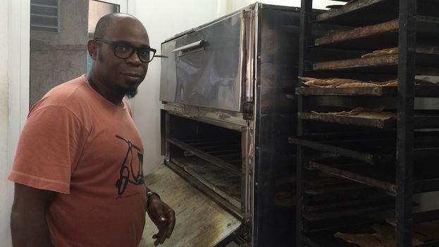 El panadero Alberto González frente al horno de 'Salchipizza'. (14ymedio)