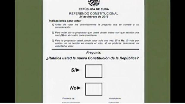 La papeleta del referendo del 24 de febrero se mostró este jueves en el programa Mesa Redonda. (14ymedio)