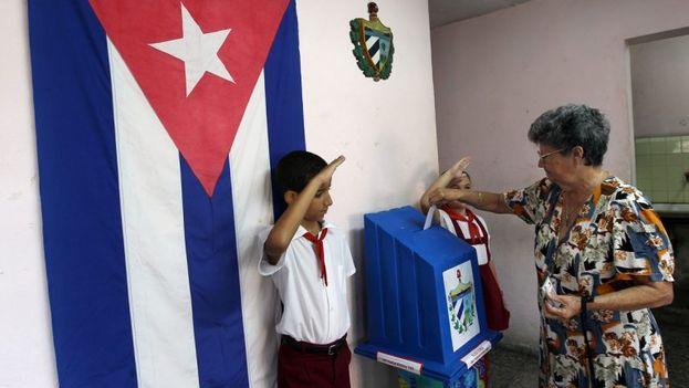 Una mujer participa en las elecciones municipales en Cuba. (EFE)