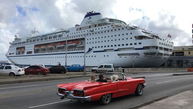 Entre los que también quieren participar de la tradición hay muchos turistas que, recién llegados en avión o crucero, andan los caminos más trillados del turismo nacional y no se alejan del estrecho recorrido que les proponen sus guías.
