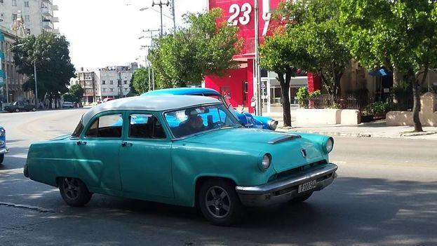 Los 'boteros' pasaban vacíos este jueves por la céntrica calle 23 en La Habana y no paraban, en señal de protesta. (Cortesía)