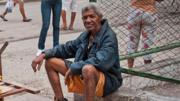 Las personas mayores, con patologías previas o discapacitados son quienes más deben evitar circular por las calles. (Flickr/M. Garabedian)