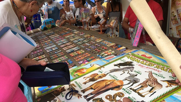 Los libros pequeños y de bolsillo atraen un gran público, en su mayoría adultos. Uno de los vendedores comenta que los que más se venden son los de adivinanzas y trabalenguas.