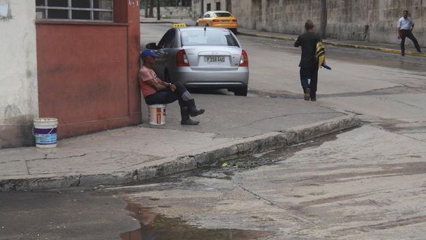 Las personas salen a la calle después de torrenciales aguaceros en La Habana (14ymedio)