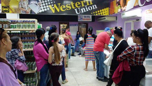Una fila de personas esperan en un establecimiento de Western Union en Holguín (14ymedio)