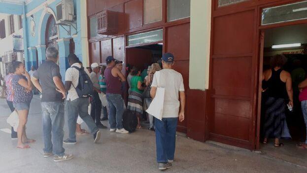 Las personas siguen aglomerándose sin distancia suficiente entre sí. (14ymedio)