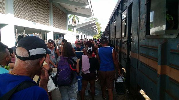 El tren playero funciona en verano, de viernes a domingo, desde la ciudad de Camagüey y llega a pocos metros del mar. (14ymedio)