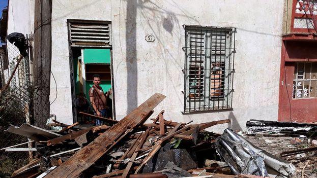 Los vecinos se preguntan desesperados cómo van a resolver a partir de ahora, tras los destrozos del tornado. (14ymedio)