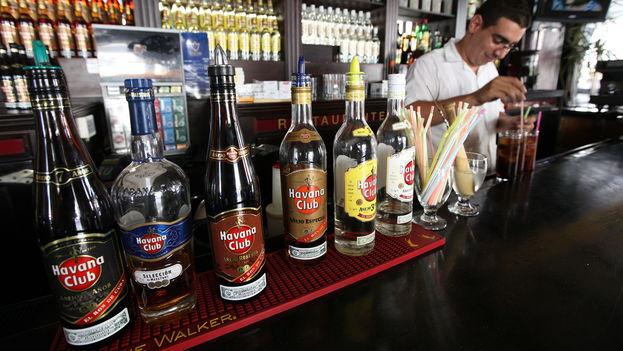 Un hombre prepara un trago con ron Havana Club en un bar de La Habana. (EFE)
