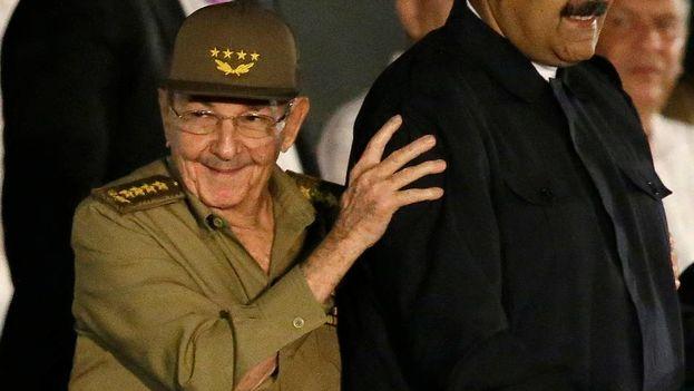 El presidente de Cuba, Raúl Castro, a la izquierda, sonríe mientras toma el brazo del presidente de Venezuela, Nicolás Maduro, durante una manifestación en honor a Fidel Castro en la Plaza de la Revolución en La Habana, Cuba, el martes 29 de noviembre de 2016. (EFE)