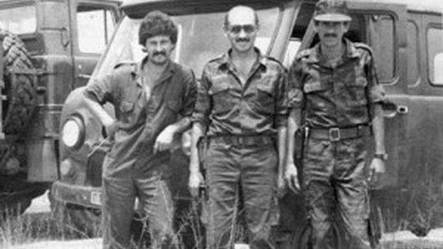 El hombre al centro de la foto se presume que fuera un asesor del Ejército Rojo en la lucha contra los alzados. (Cortesía)