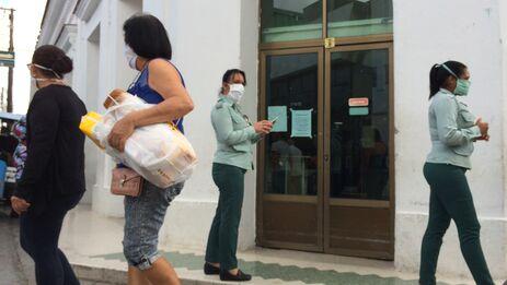 A principios de abril el Gobierno dispuso que la venta de alimentos y productos de aseo sólo se realizaría en las tiendas estatales. (Laura Rodríguez)