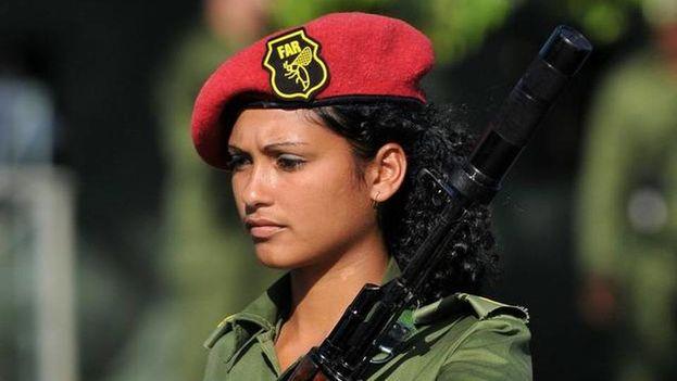 Una militar cubana participa en el ensayo del desfile en el 2011 en saludo al 50 aniversario de la proclamación del carácter socialista de la revolución en la Plaza de la Revolución de La Habana. (EFE)