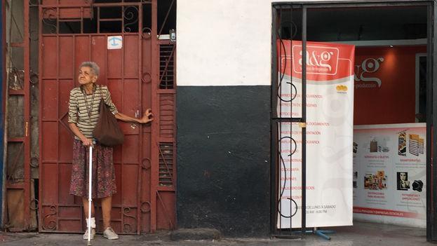 Muchos ancianos se dedican a vender productos elaborados con maní o caramelos en las calles para complementar sus ingresos, otros, piden limosna. (14ymedio)