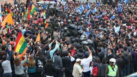 La difusión del conteo provisional paralelo, que ha tomado como referencia el Gobierno cubano, desencadenó protestas que se volvieron violentas en gran parte de Bolivia. (EFE)