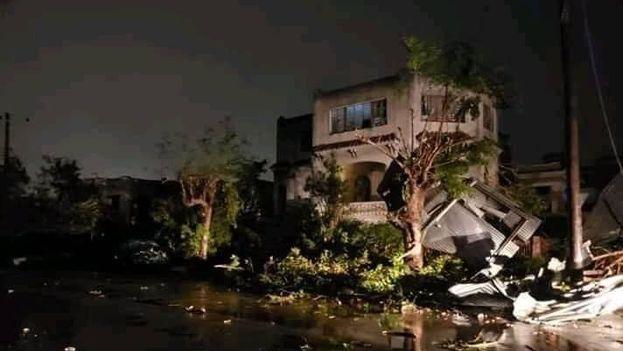 El tornado ha provocado la caída de árboles, postes del tendido eléctrico, rotura de puertas y ventanas y daños en techos de casas, así como derrumbes. (Facebook)
