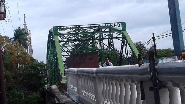 El estado del puente El Triunfo se ha ido deteriorando con el paso de las décadas y la falta de mantenimiento. (14ymedio)