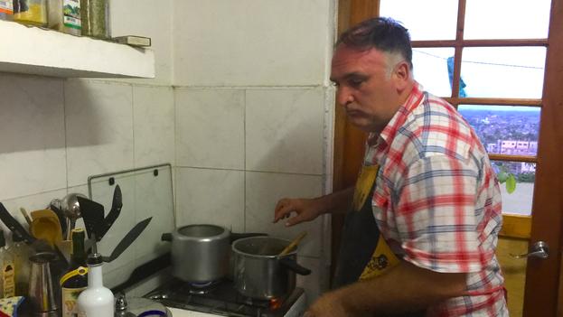 El reconocido chef José Andrés cocina en la redacción de 14ymedio. (14ymedio)