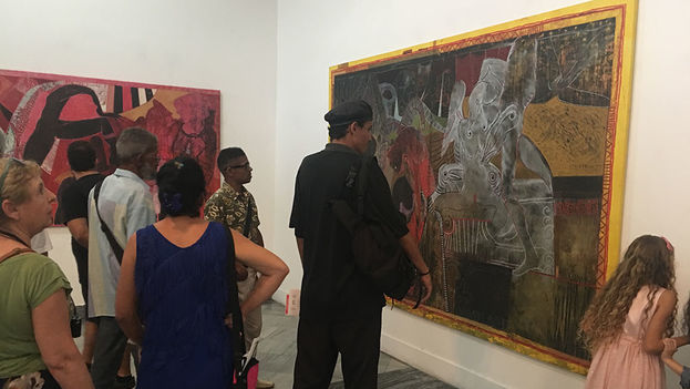Para reencontrarse con Finalé -y las mujeres de sus cuadros- decenas de amigos y seguidores de su arte llegaron hasta el imponente edificio del Malecón habanero con sus cariátides que miran al mar. (14ymedio)