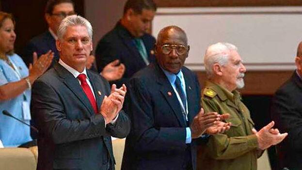 En esta cuidada representación, ofició como maestro de ceremonias el exgobernante Raúl Castro, quien fue el primero en ejercer el derecho al voto. (EFE)