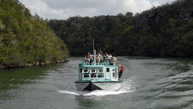 Ajenos a la tragedia, un grupo de turistas recorre el Canímar