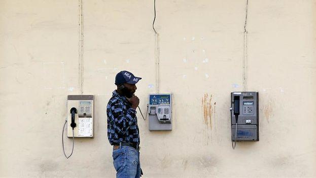 Un hombre habla por un teléfono público en La Habana (Foto Alejandro Ernesto/EFE).