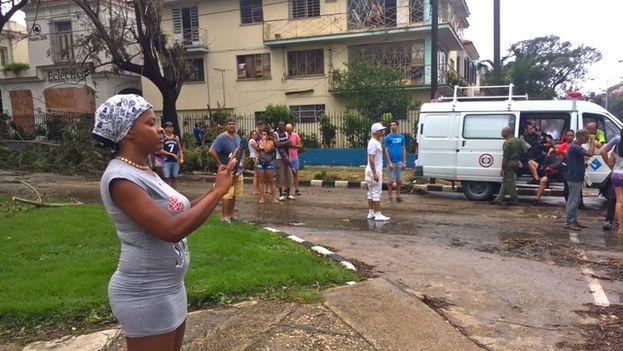 Una mujer filma con su teléfono en La Habana imágenes de los daños dejados por Irma. (14ymedio)