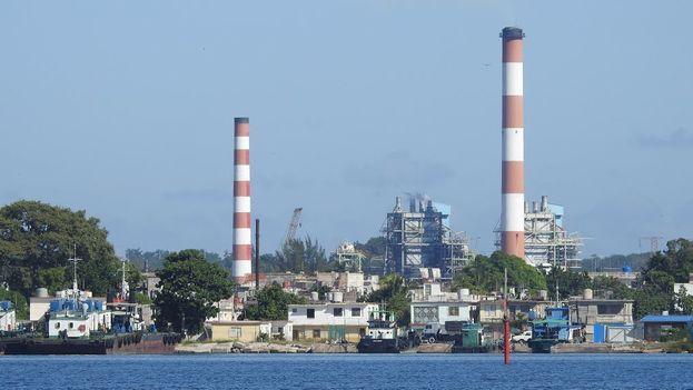 En el horizonte la termoeléctrica de Cienfuegos. (Gustavo Rumbaut Martinez)