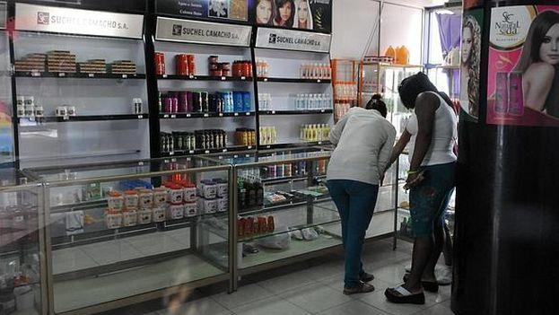 Una tienda con ofertas en pesos convertibles, La Habana. (EFE)