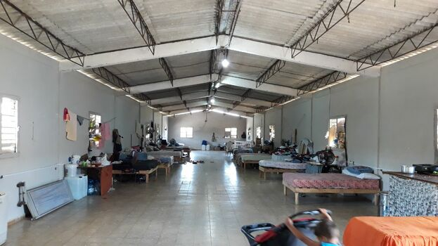 Desde que pasó el tornado, más de 20 personas viven en este almacén sin privacidad alguna. (14ymedio)