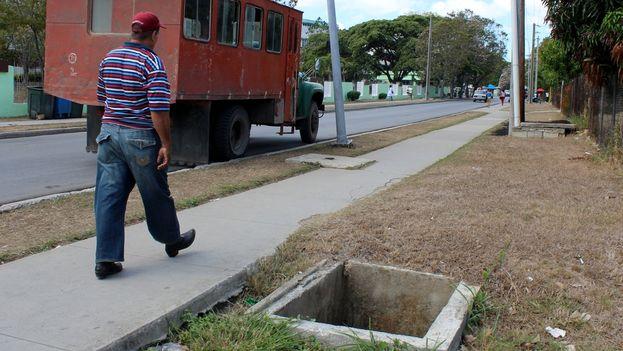No importa el barrio ni los transeúntes: la zona hospitalaria santaclareña puede tener algunas de estas trampas en su ruta. (Héctor Reyes)