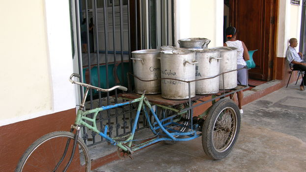La transportación de la leche fresca se vuelve difícil para muchos. (S. Cipido)