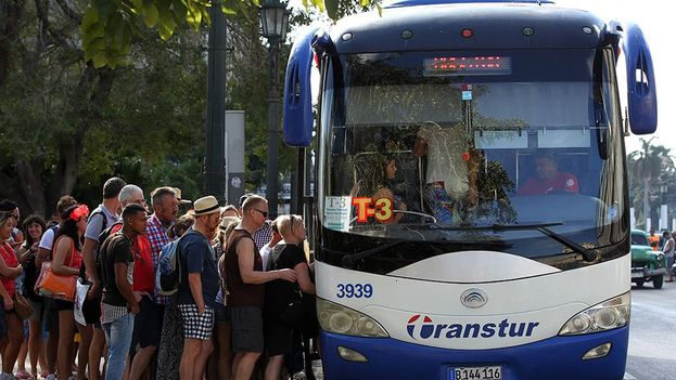 Un grupo de turistas aborda un ómnibus de la empresa Transtur. (EFE)