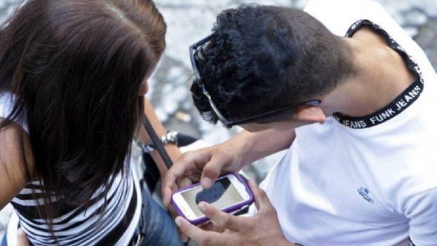 Un usuario de Cubacel utiliza la red móvil cubana. (EFE)