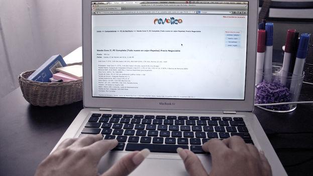 Una usuario del portal Revolico . (Silvia Corbelle/14ymedio)