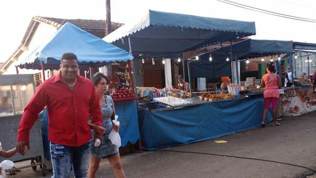Los vendedores ambulantes se trasladan de un pueblo a otro para ofertar alimentos, útiles para el hogar y otros productos. (14ymedio)