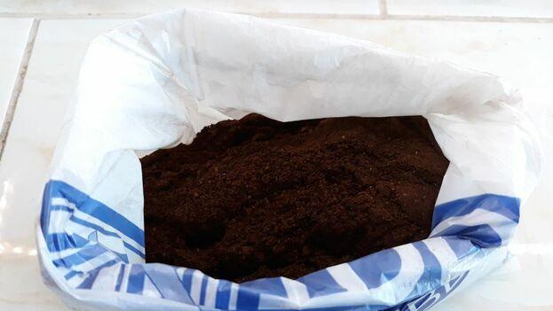 El café vendido ilegalmente esta semana se distribuyó en otro tipo de bolsas. (14ymedio)