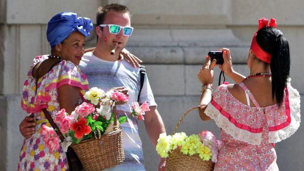 Un viajero de Estados Unidos durante su estancia en Cuba. (EFE)