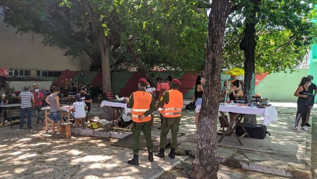 La feria de artesanías en La Rampa también abrió inicialmente este viernes, pero más tarde, la policía obligó a cerrar los puestos . (14ymedio)