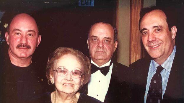 Carlos Alberto Montaner, a la derecha, con sus hermanos Robert Alexis, izquierda, Ernesto y su madre. (Cortesía del autor)