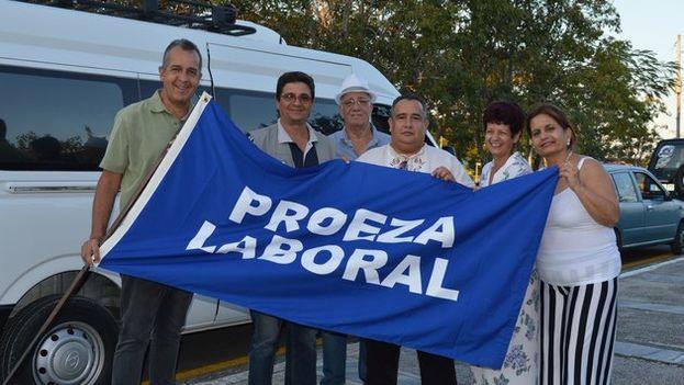 Alexander Jiménez (en el centro) con miembros de su equipo tras recibir la Bandera de Proeza Laboral. (Radio Villa Clara)